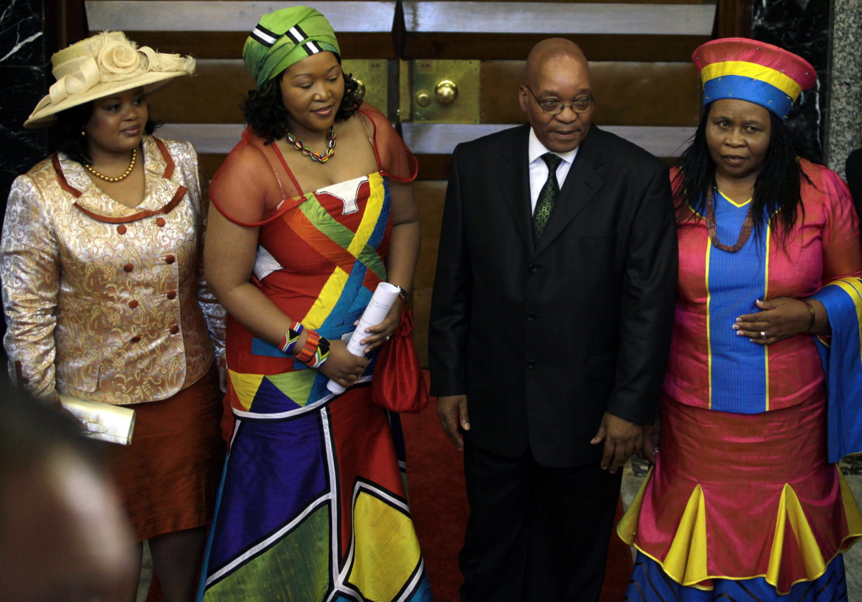 Президент Джейкоб Зума и его жены Номпумелело Нтули, Тобека Мадиба и Гертруда Сизакеле Хуало.