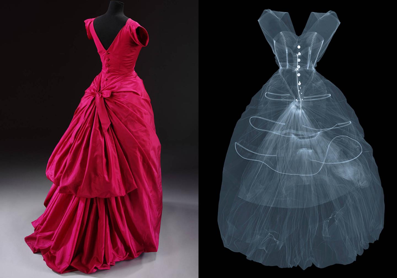 Вечернее платье из шелковой тафты авторства Кристобаля Баленсиаги, 1955  Рентгеновский снимок платья Кристобаля Баленсиаги (1955), сделанный художником Ником Визи в 2016 году