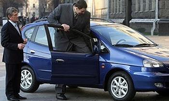 Президент Украины подарил самому высокому человеку в мире спецавтомобиль