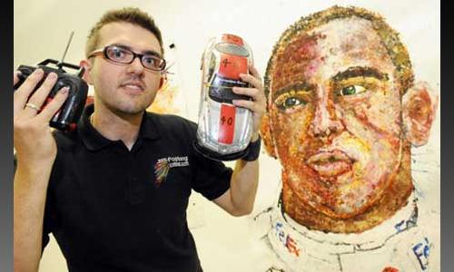 Британский художник нарисовал гонщика Формулы-1 радиоуправляемой машинкой