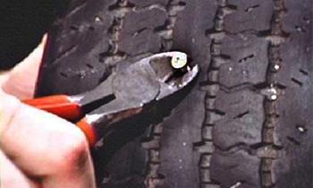 Неизвестные прокололи все колеса почти у 40 автомобилей