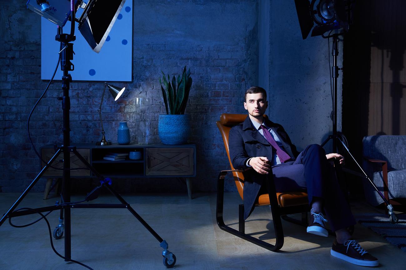 На Артеме: синие брюки, клетчатаярубашка, бордовыйгалстук, синий плащ, ремень, обувь — всё Henderson.