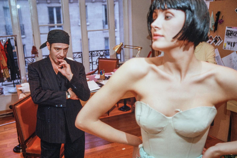 Джон Гальяно на примерке в ателье Dior на Авеню Монтень в Париже, 2005
