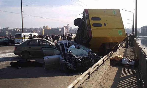 В Днепропетровске на мосту столкнулись пять автомобилей