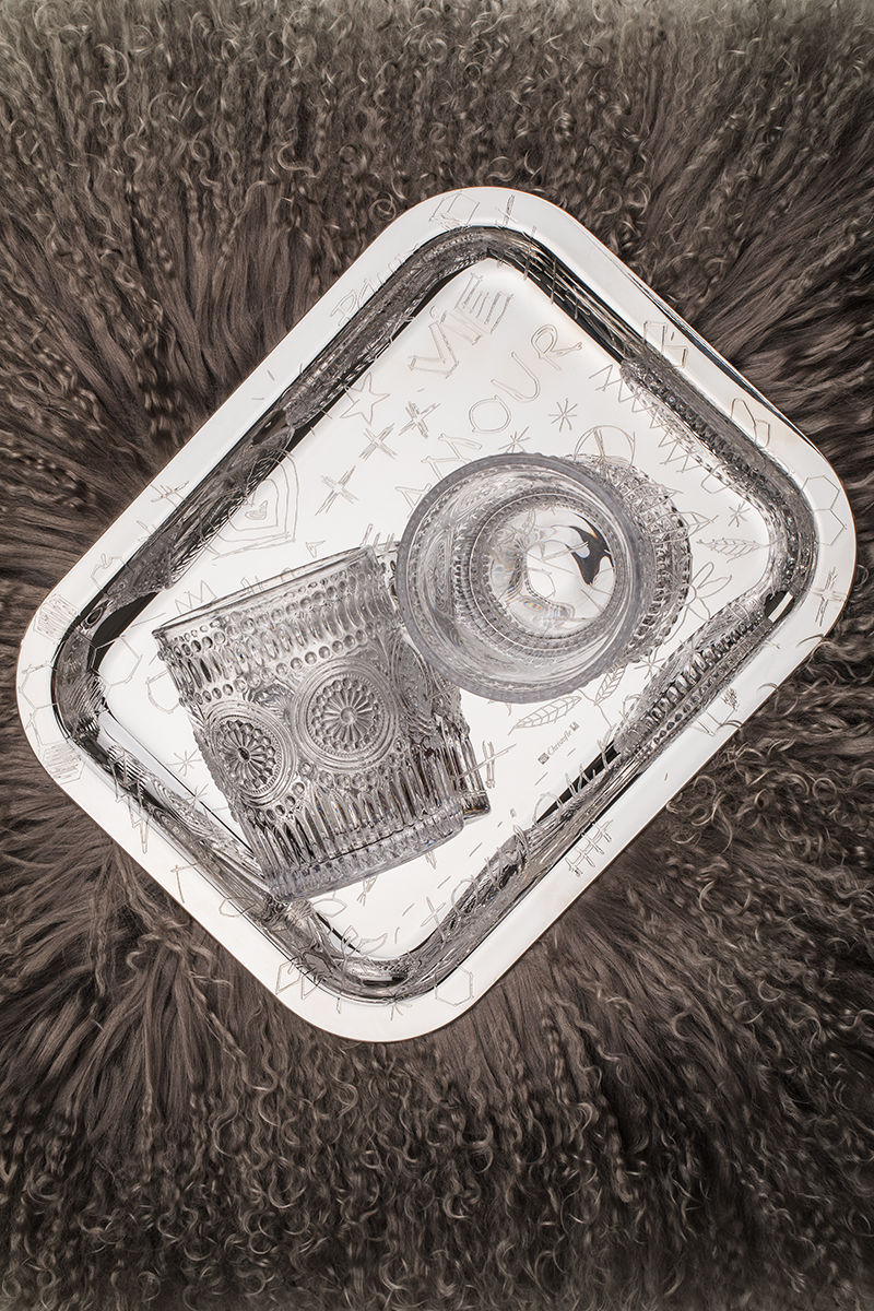 Диванная подушка, Togas Серебряный поднос, Christofle Стаканы из стекла, Zara Home