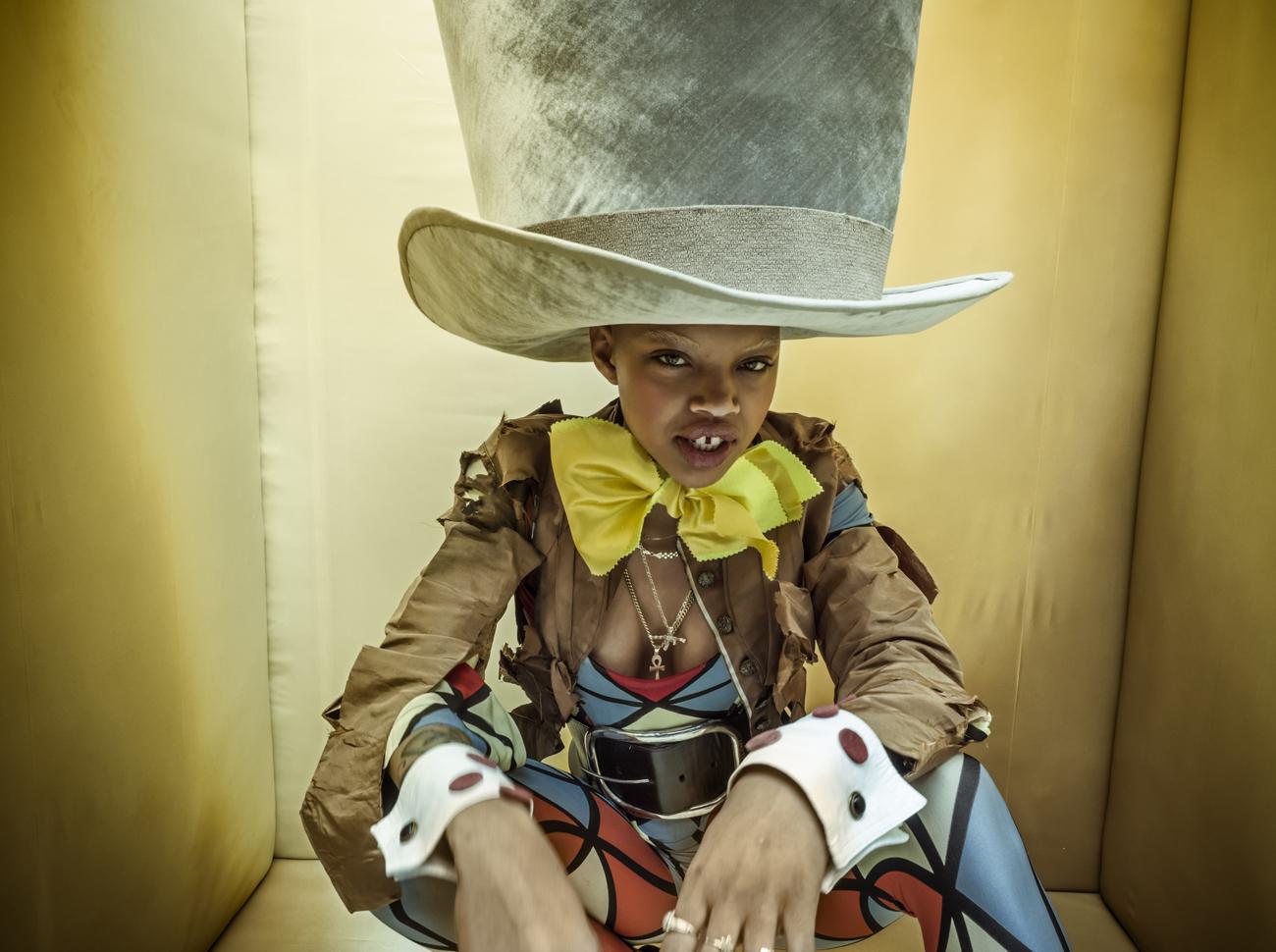 Модель Слик Вудс позирует фотографу Тиму Уолкеру, представ в роли Безумного Шляпника