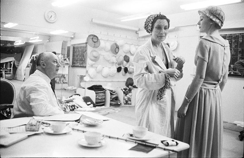 Кристиан Диор и Митца Брикар за работой в ателье Christian Dior на авеню Монтень, Париж 1957 г.