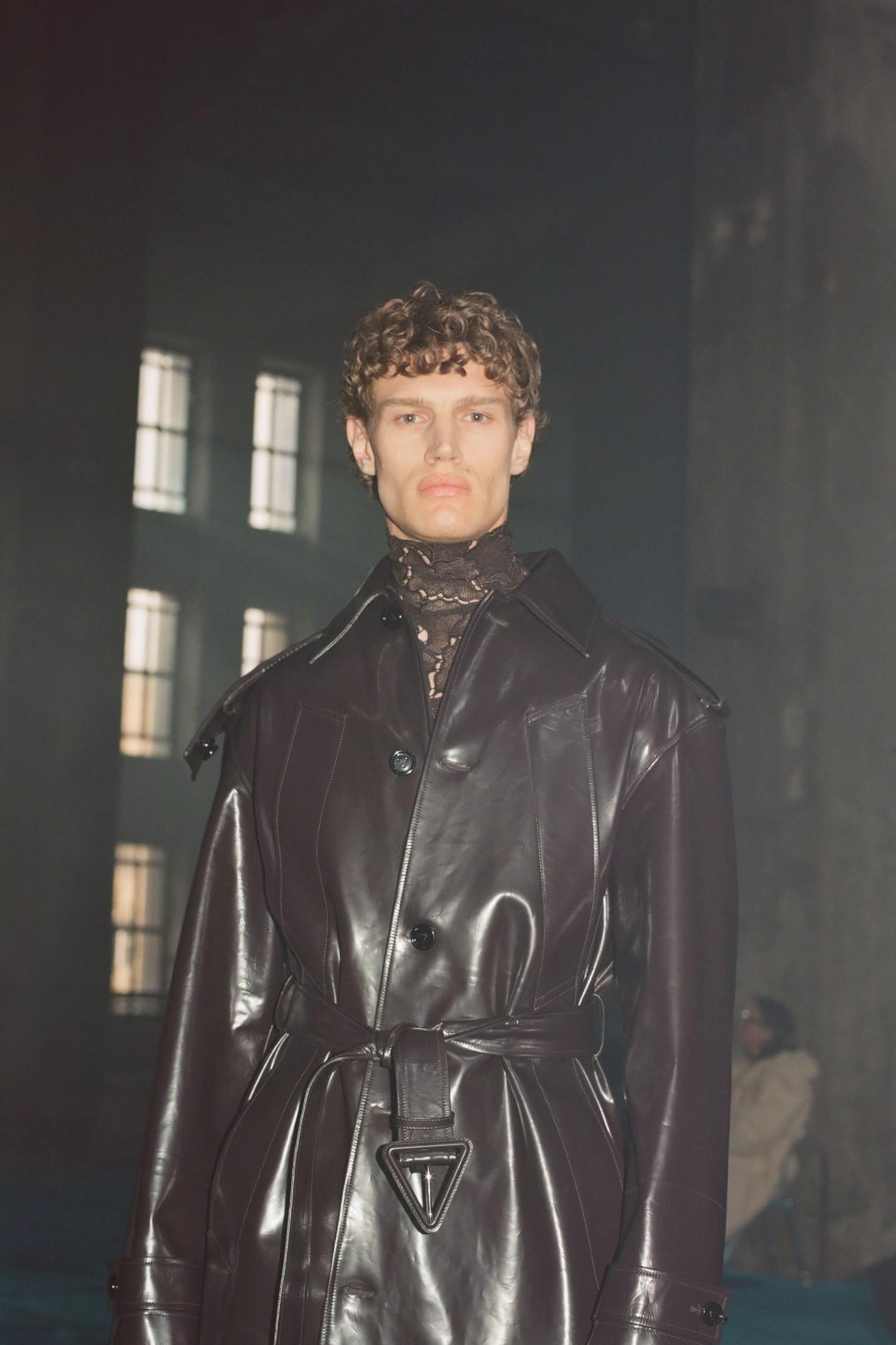 Буква V, зашифрованная в пряжке ремня пальто Bottega Veneta из коллекцииSalon 02