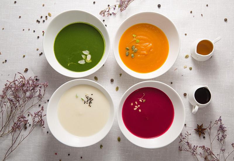 К обязательной безглютеновой булочке и йогурту на завтрак предлагают на выбор мусс из авокадо, тыквы, ягод и других полезностей