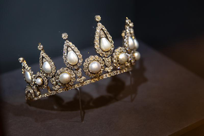 Тиара леди Розбери с бриллиантами и 13 крупными жемчужинами формы «груша» и «пуговица». Тиару можно носить как ожерелье (Лондон, Англия, 1878г) 