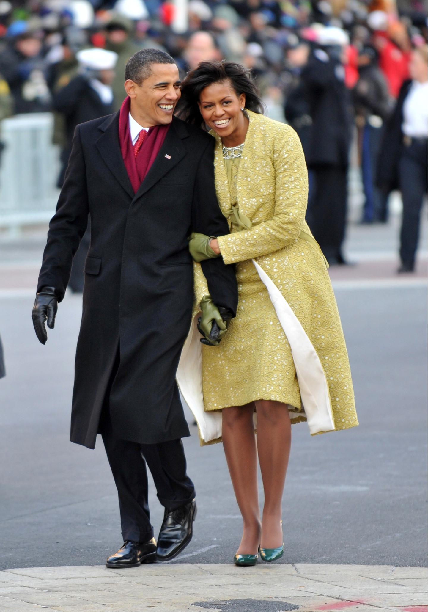 Барак Обама в пальто Brooks Brothers и Мишель Обама в пальто и платье Isabel Toledo, кардигане Nina Ricci, перчатках J. Crew и туфлях Jimmy Choo, инаугурационный парад, 2009 год