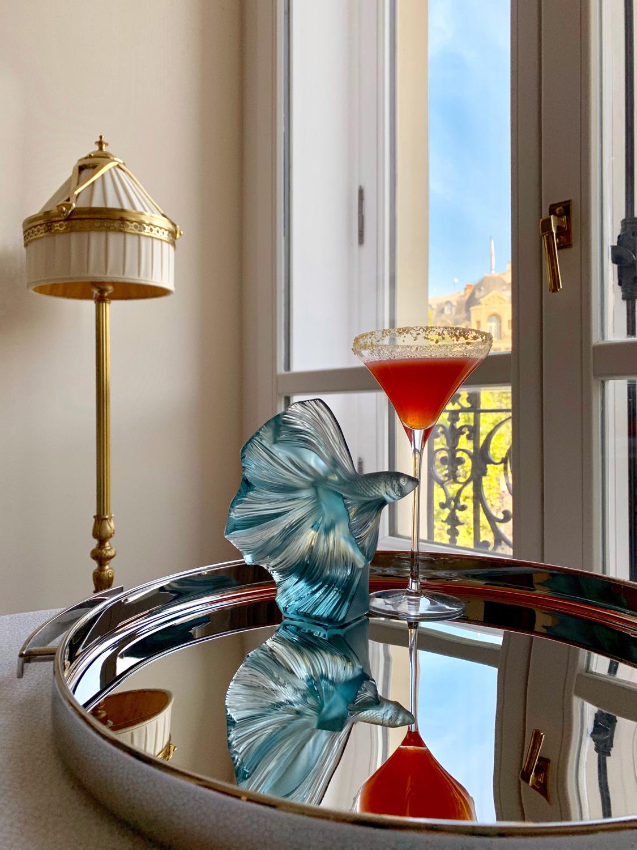 Коктейль Crispy Night на основе водки, базилика и апельсина. Статуэтка «Бойцовая рыбка», Lalique. Поднос Mood Party, Christofle