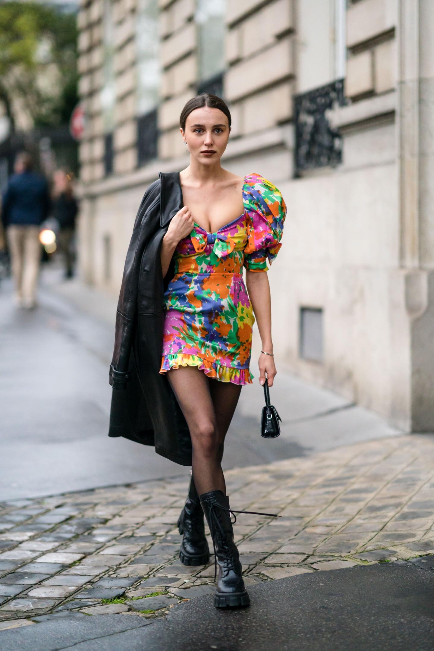 Сочетание платья с массивными ботинками