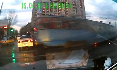 Неуправляемый трамвай протаранил 6 машин. ВИДЕО