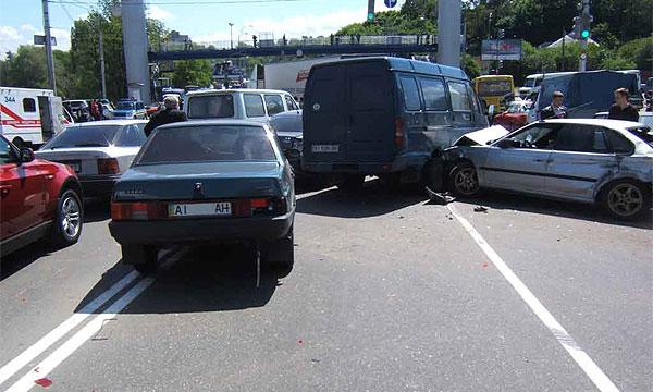 В центре Киева грузовик протаранил 15 машин