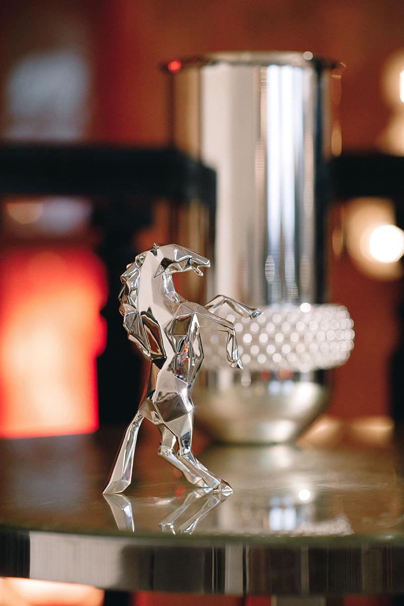 Скульптура Prancing Horse by Richard Orlinski (посеребрение); ваза Collection Club XXL (посеребрение)— Christofle