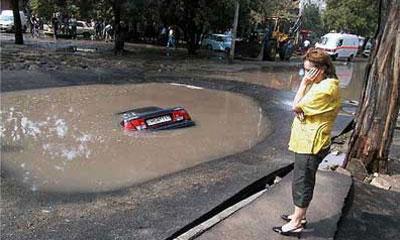 В Петербурге ВАЗ-2109 провалился в яму с кипятком