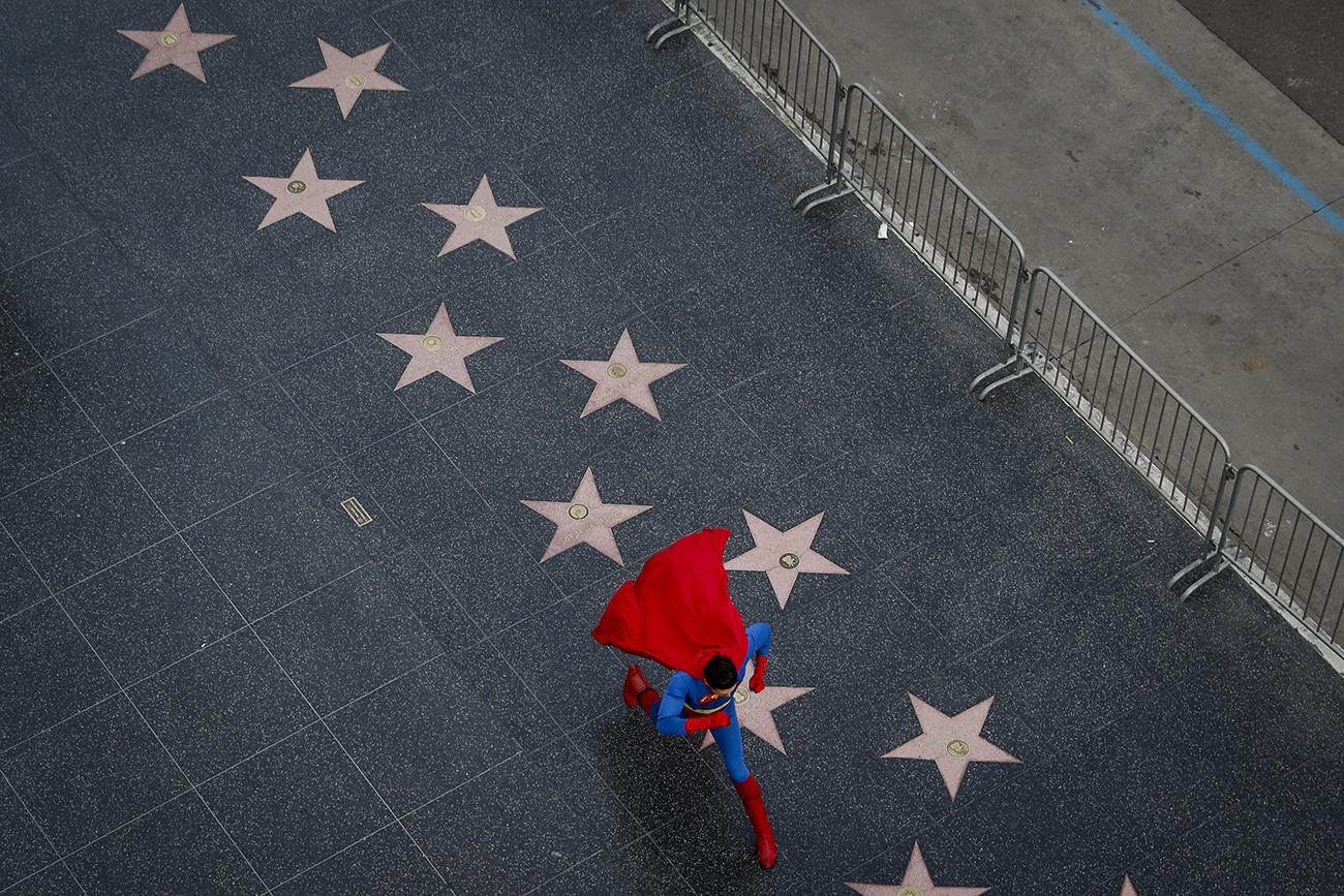 Украинец Толя Штапенко в костюме Супермена бежит по аллее славы в Голливуде, Лос-Анджелес