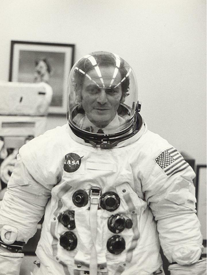 Пьер Карден в скафандре NASA, 1971