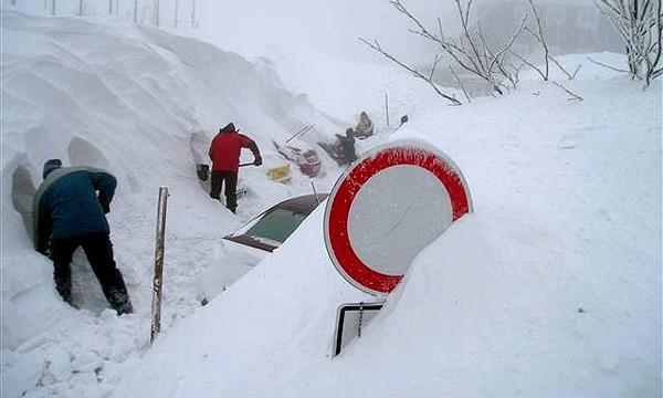 Снегопад парализовал движение в Латвии