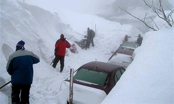 Рекордные снегопады парализовали движение в Австрии