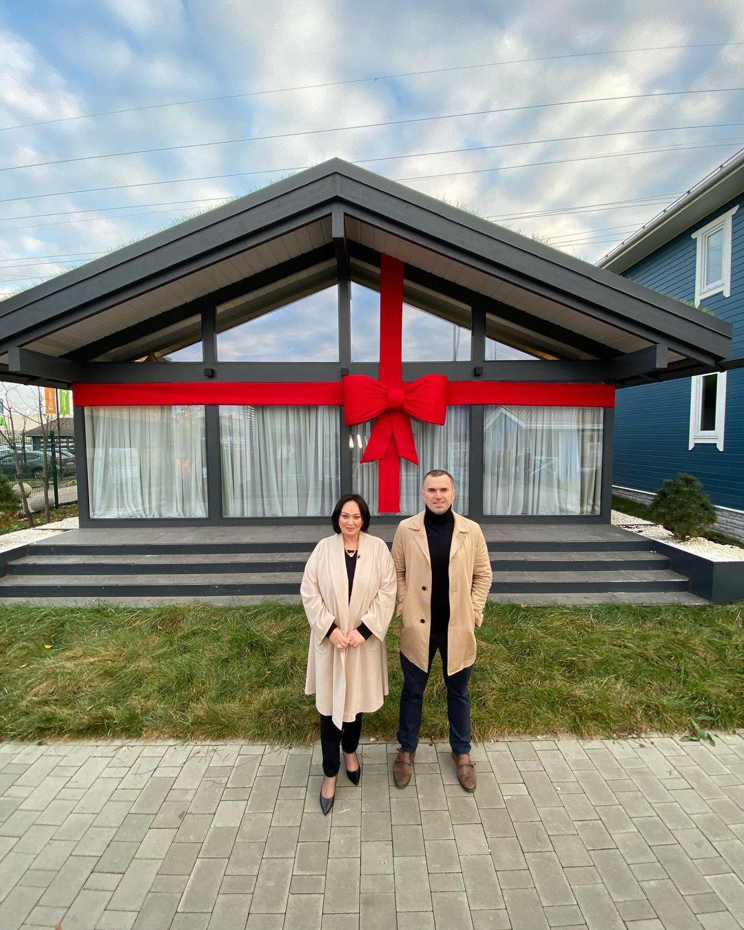 Иван Бакуров и Лариса Гузеева на фоне разыгрываемого дома