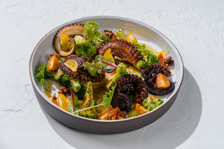 Осьминог с брокколи, вялеными томатами, ореховым соусом и понзу