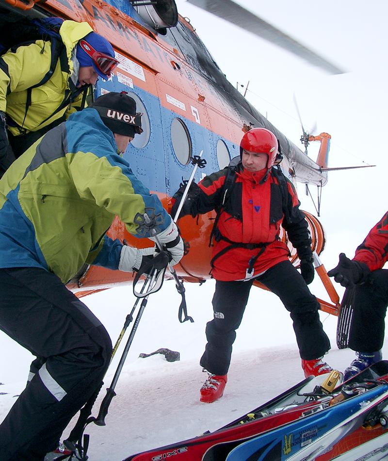 * Разновидность горнолыжного спорта, фрирайда, сущность которого состоит в спуске по нетронутым снежным склонам, вдалеке от подготовленных трасс с подъемом к началу спуска на вертолете
