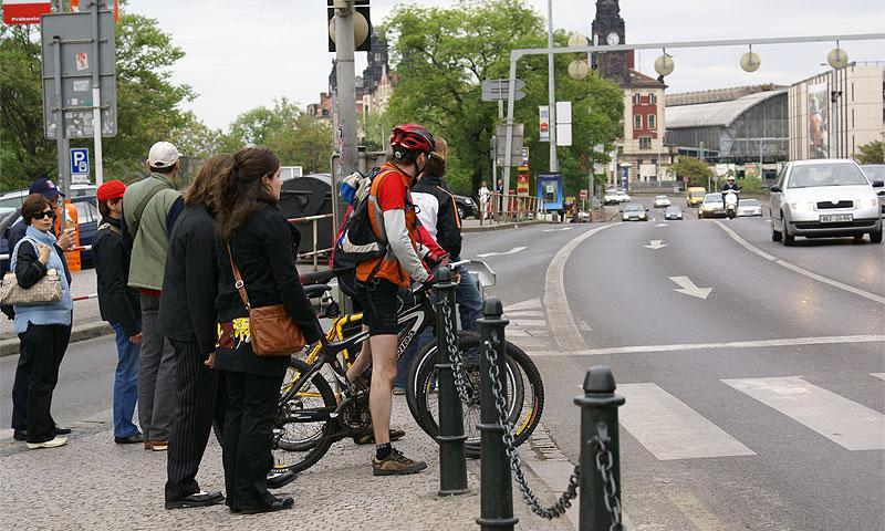 Мэрия Парижа пересаживает горожан на электрические велосипеды