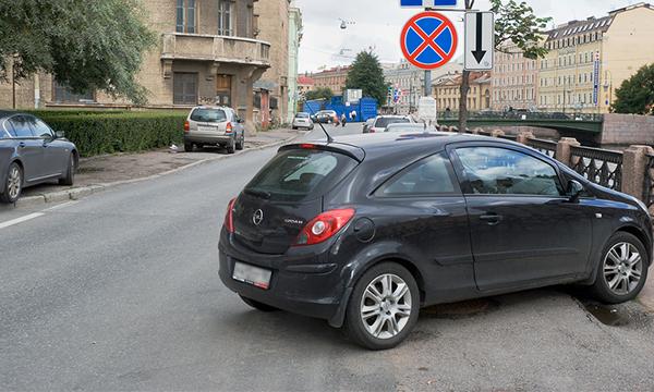 В Москве с 1 ноября разрешат парковаться под запрещающими знаками по ночам