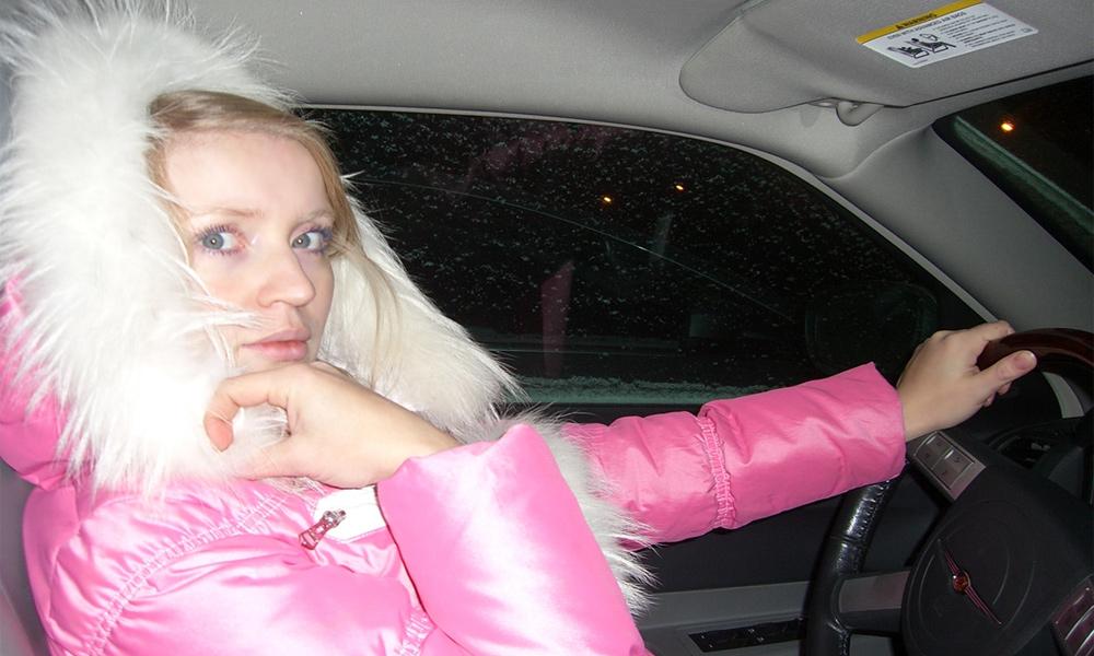 Блондинка за рулем: что нужно и не нужно в машине