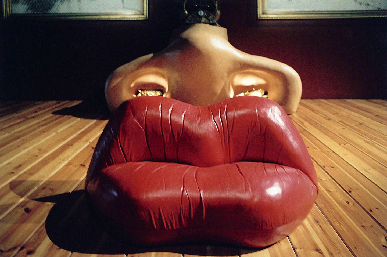 Комната с диваном-губами и тумбочкой в форме носа. Музей Сальвадора Дали в Фигерасе.