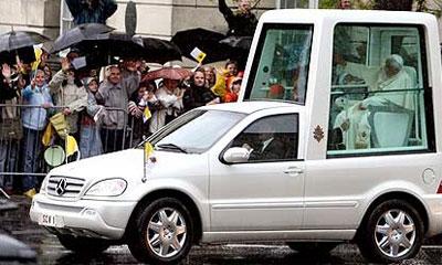 Папамобиль сбил в Неаполе пожилую итальянку