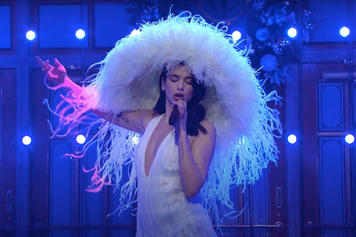 В платье и шляпе Valentino на шоу Saturday Night Live