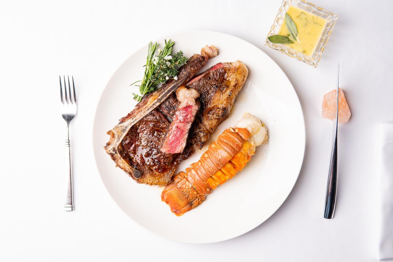 «Bone in New York, Bone in Lobster», мясо и морепродукты