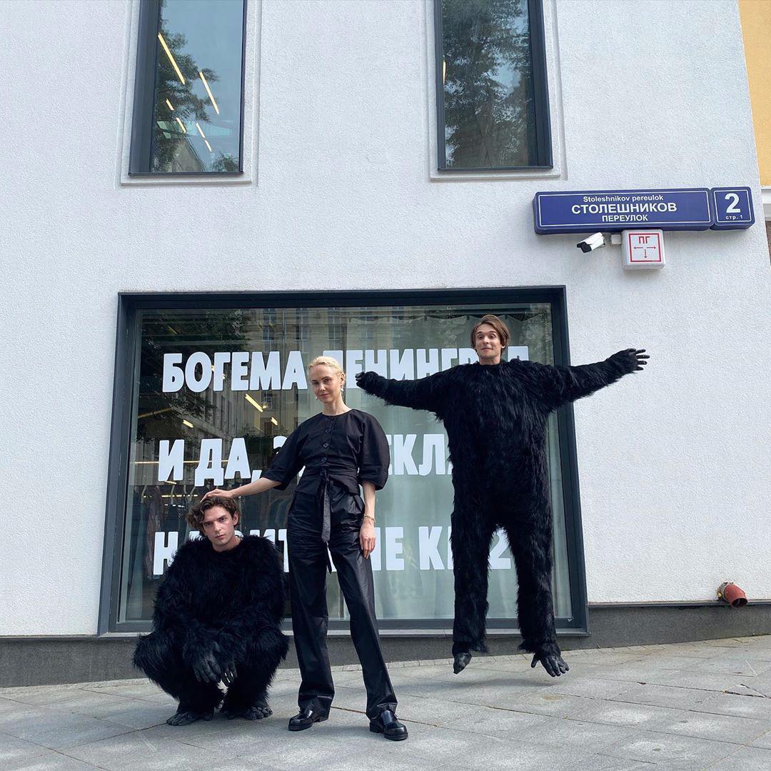 Основательница КМ20 Ольга Карпуть с участниками ТО «Богема Ленинград» перед началом совместного мероприятия