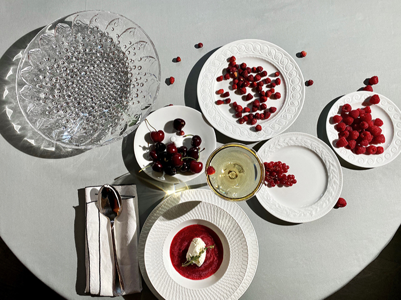 Тарелки из коллекций Louvre, Twist, Bulle — всеBernardaud; кубок для шампанского 100 Points, ваза для фруктов Roscoff — всеLalique; сервировочная ложка и половник для супа Malmaison,Christofle