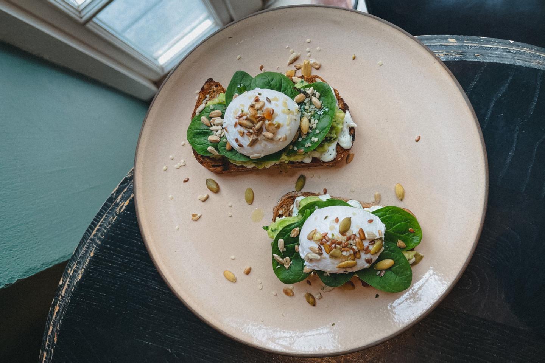 Авокадо-тост с яйцом пашот