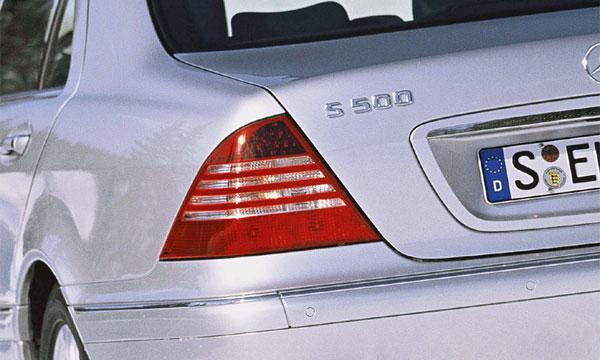 Mercedes-Benz настаивает на использовании мигающих стоп-сигналов