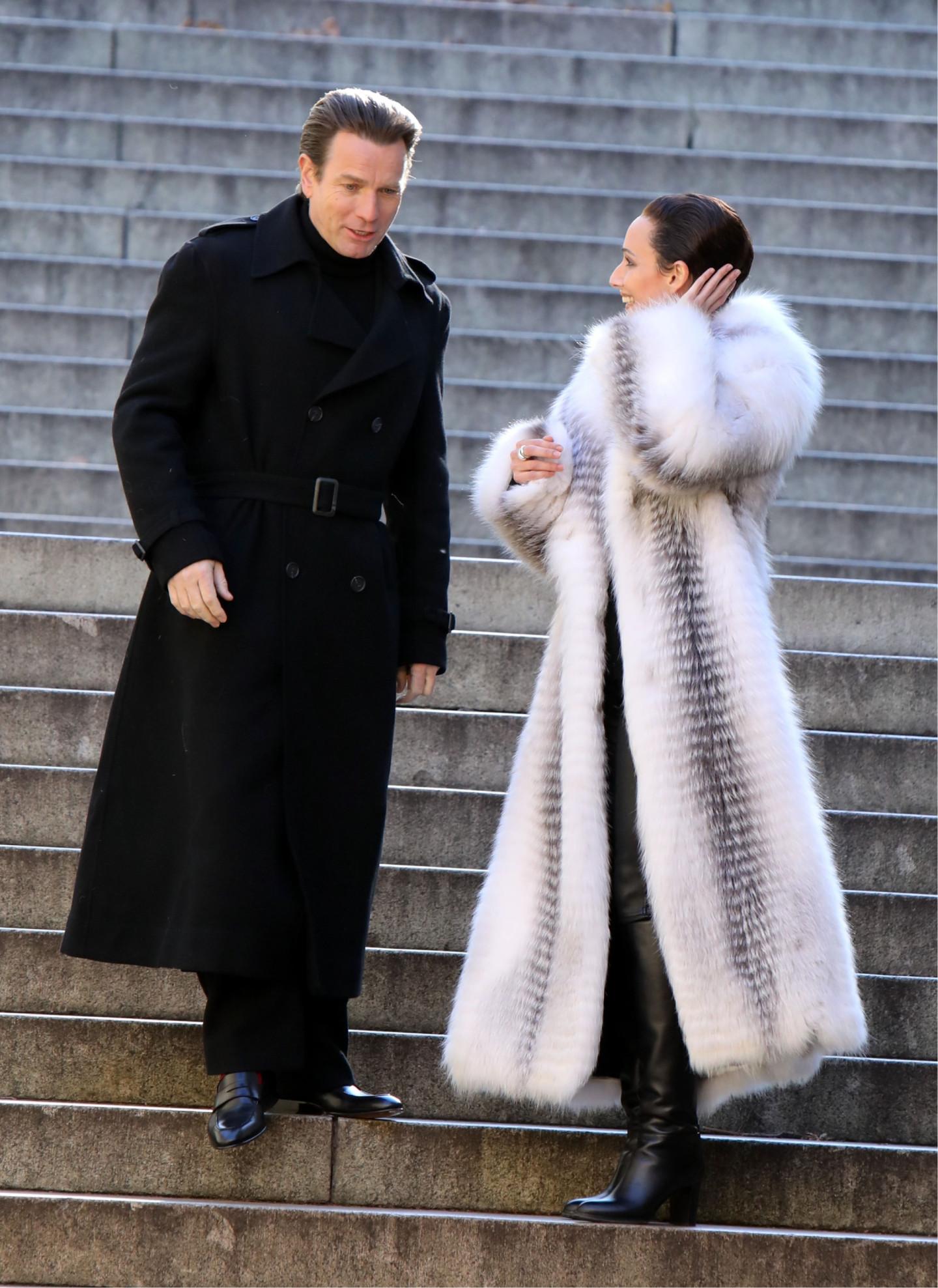 Юэн Макгрегор в роли Роя Холстона и Ребекка Дайан в роли Эльзы Перетти, мини-сериал «Холстон»