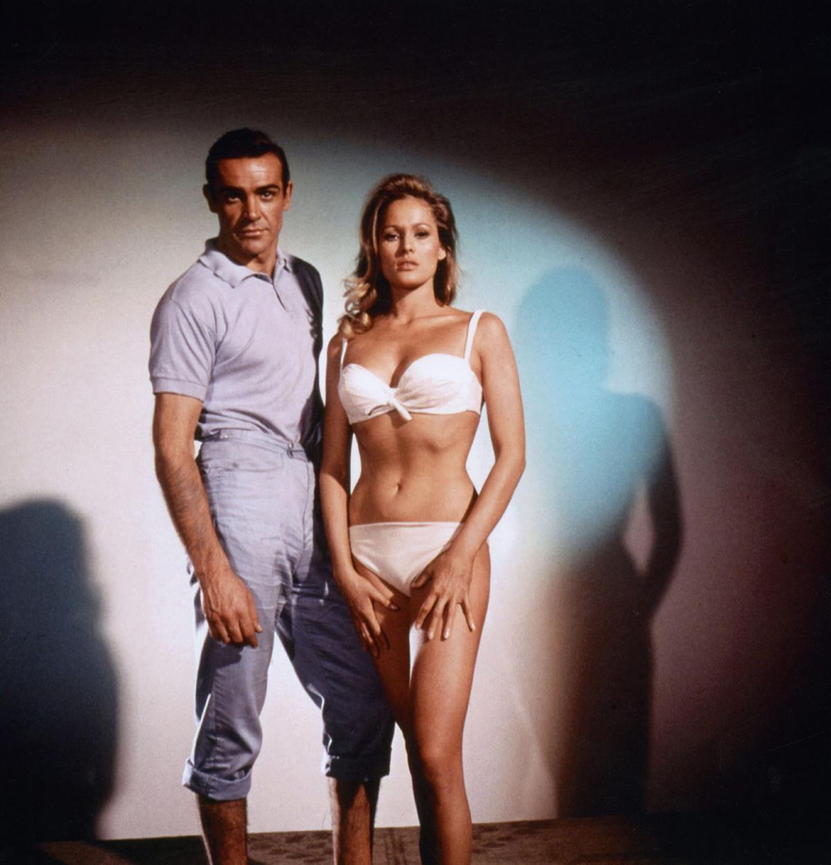 Шон Коннери и Урсула Андресс на съемочной площдке фильма«Доктор Ноу» (1962)