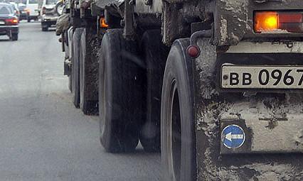 За грязные колеса грузовиков строителей оштрафовали на 240 тыс. рублей