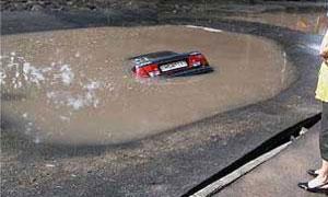 В Петербурге автомобиль упал в яму с горячей водой