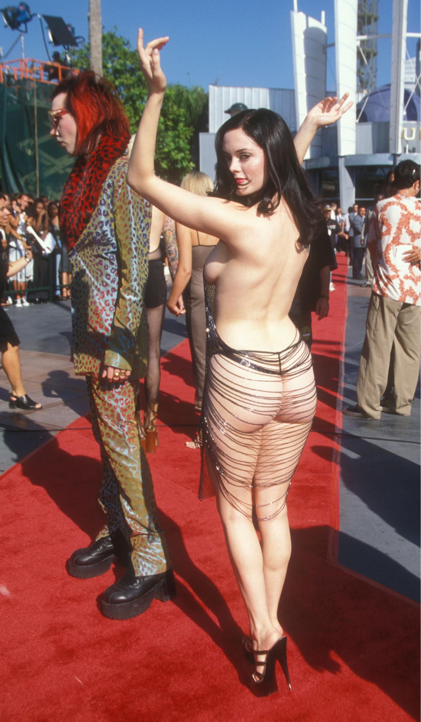 Роуз Макгоуэн в платье Maja Hanson на церемонии MTV VMA, 1998