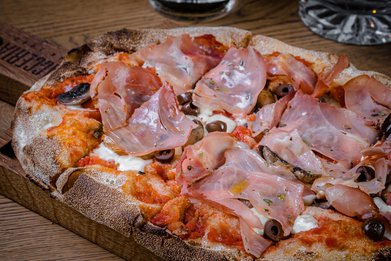 Пицца «Капричоза» с ветчиной