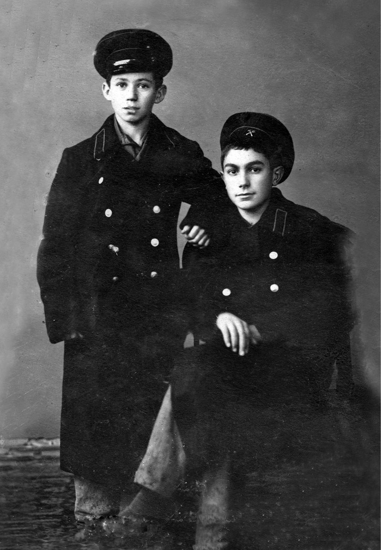 Павел Луспекаев (справа) в училище, начало 1940-х