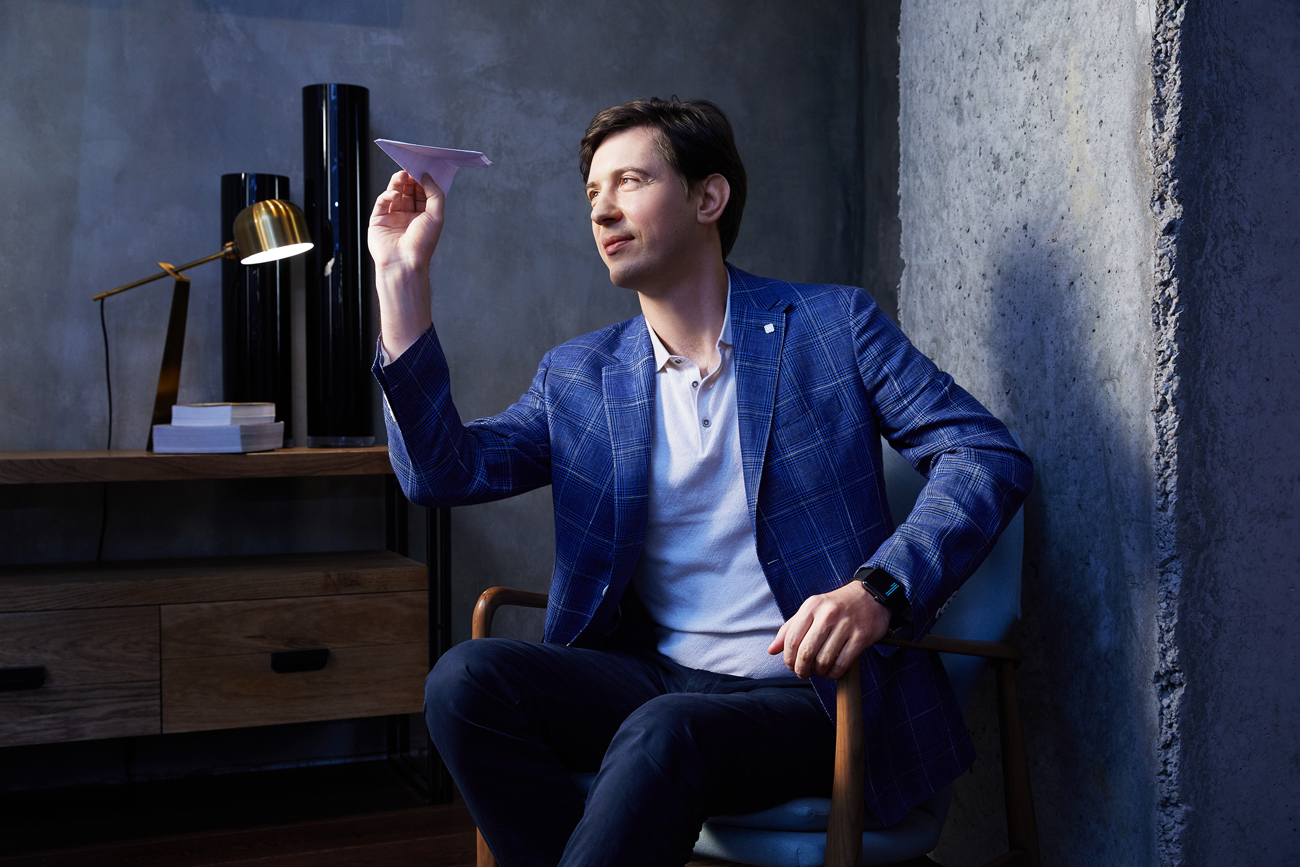 На Дмитрии: синий пиджак, белый трикотаж, синие брюки — всё Henderson.