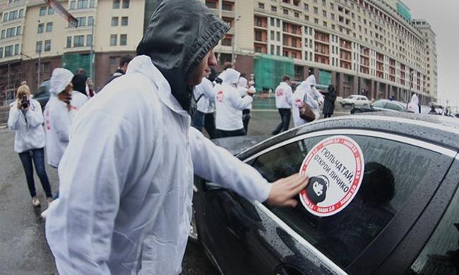 «Наши» обклеили стикерами машины депутатов Госдумы