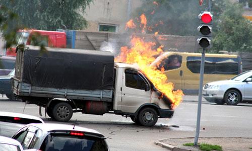 На МКАД частично перекрыли движение из-за горящей «Газели»