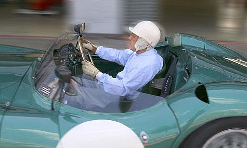 Легендарный автогонщик сэр Стирлинг Мосс за рулем Aston Martin DBR